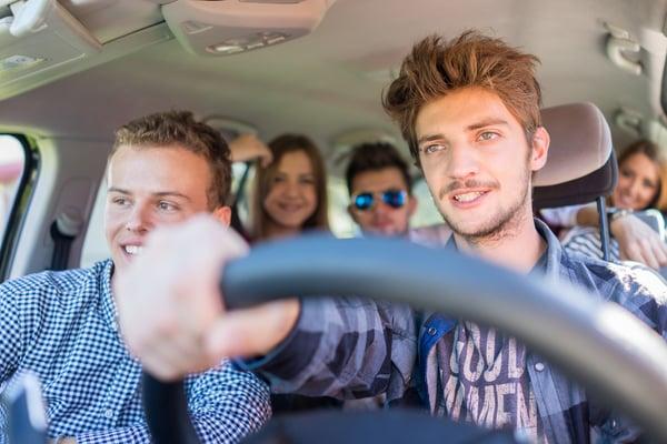 Jeune homme au volant de sa première voiture